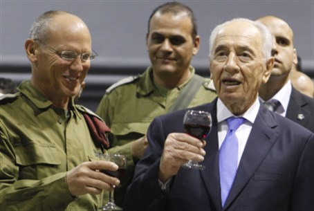 Nitzan Alon and President Shimon Peres (file)