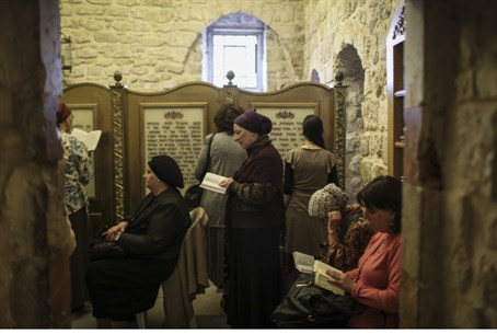 Women praying at King David's Tomb