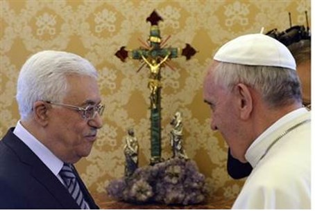 Pope Francis with PA Chairman Mahmoud Abbas (file)