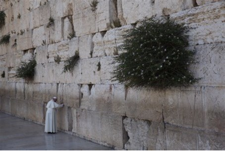 Pope prays at Kotel.
