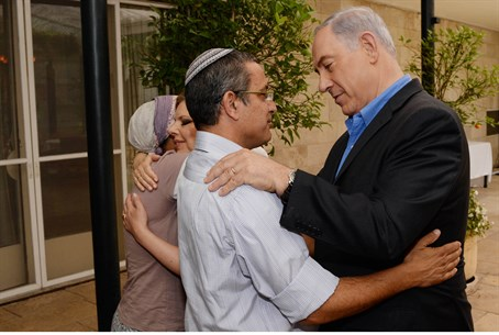 Binyamin and Sarah Netanyahu meet kidnapped t