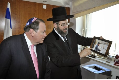 Huckabee (L) with Rabbi David Lau