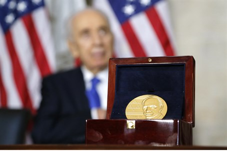 Shimon Peres receives Congressional Gold Meda