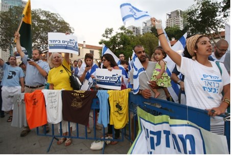 Protesters support Israel in Tel Aviv