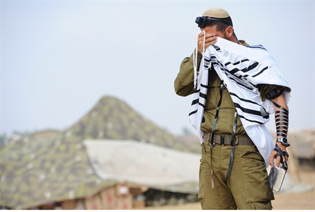 IDF soldier prays at the front line (illustration)