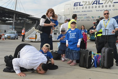 Immigrants kiss the ground in Israel