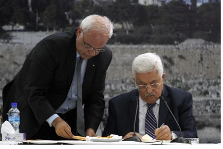 Saeb Erekat, Mahmoud Abbas sign int'l conventions (file)
