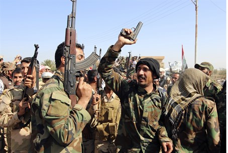 Iraqi soldiers and Shia militiamen dance outside Tikrit (file)