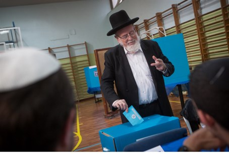 Haredi man votes in 2015 elections