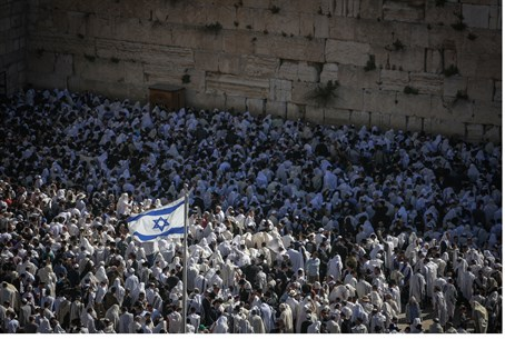 Jews at the Kotel (file)