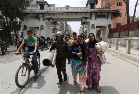 Family runs for shelter in aftershock at Kathmandu, Nepal