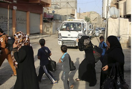 Sunnis flee the violence in the city of Ramadi, Iraq, (file).