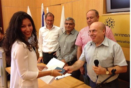 Jewish Agency Chairman Natan Sharansky presents French olim with Israeli IDs