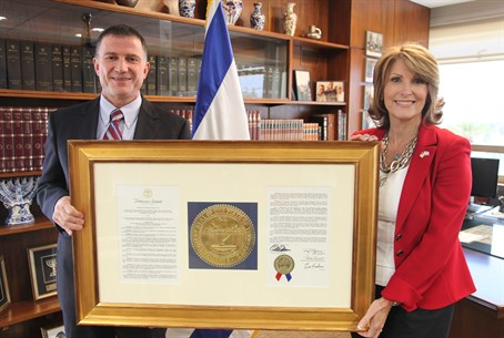 Laurie Cardoza-Moore presents resolution to Yuli Edelstein