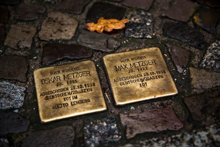 Stolpersteine project to memorialize Holocaust victims (file)