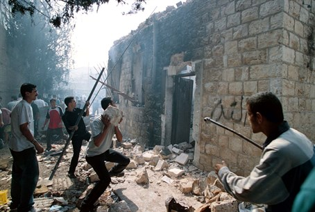 Arabs occupy and desecrate Joseph's Tomb in 2000 (illustration)