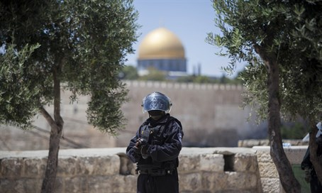 Police officer stands guard near Temple Mount (file)