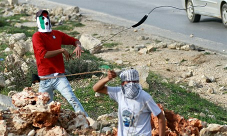 Rock-throwing Arab teens (file)