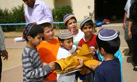 Children hold a Kassam rocket in Sderot