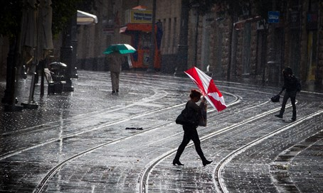 Stormy rain on Jerusalem's Yafo Street (file)