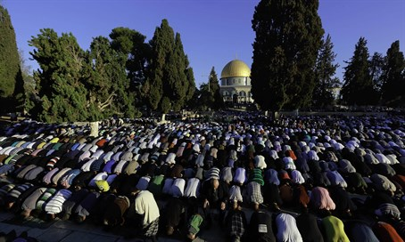 Muslims pray on Temple Mount facing Mecca