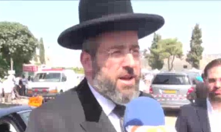 Rabbi Lau at the funeral