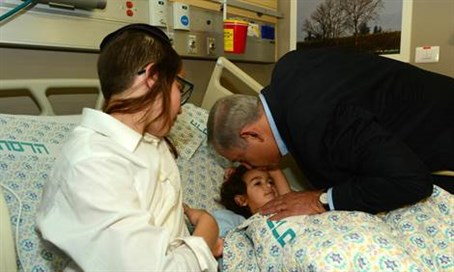 Netanyahu with stabbing victim
