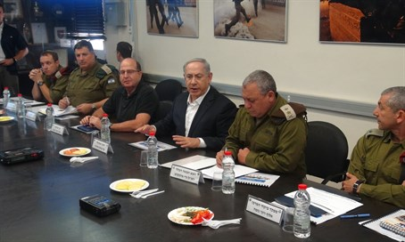Netanyahu (C) with defense officials