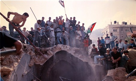 Arabs desecrate Joseph's Tomb in 2000