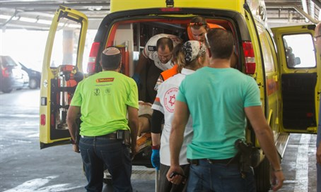 Wounded soldier arrives at Shaarei Tzedek