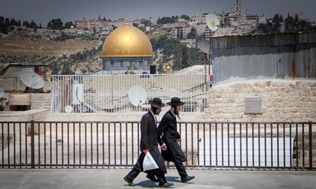 Haredi Jews walk close to the Temple Mount in Jerusalem (illustration)