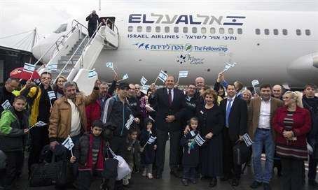 New olim from Ukraine with The Fellowship Founder and President Rabbi Yechiel Eckstein (ce