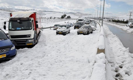 Cars stuck in the snow on Route 1, the Jerusalem-Tel Aviv highway (Illustration)