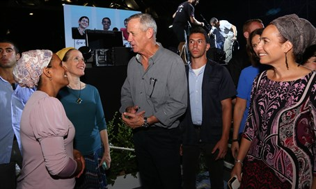 Three mothers with Benny Gantz