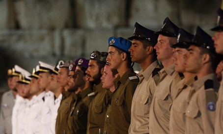 IDF soldiers stand to attention at Kotel Memorial Day ceremony (illustration)