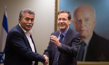 Peretz and Herzog shake hands as Peretz returns to Labor party