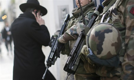 French soldiers patrol Jewish neighborhood (file)