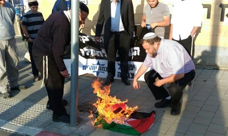 Rightwing activists burn PLO flag