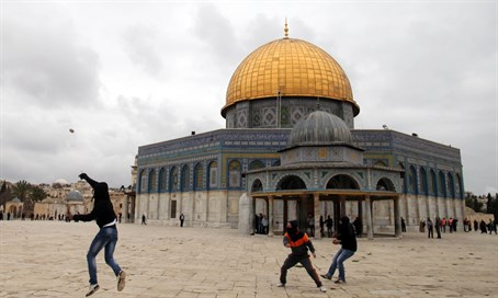 Arab rioters on Temple Mount (file)