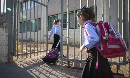Haredi schoolgirls (illustration)