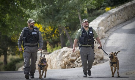 Police trackers hunt for Jerusalem stabbers