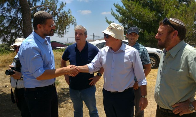 Steinitz on a visit to Amona