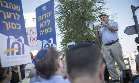 Natan Sharansky addresses Jerusalem rabbinate protest