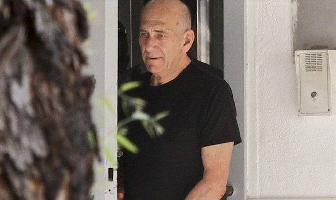 Olmert at prison gates