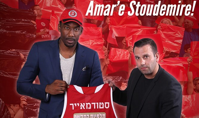 Stoudemire with team owner Uri Alon, displaying his new jersey