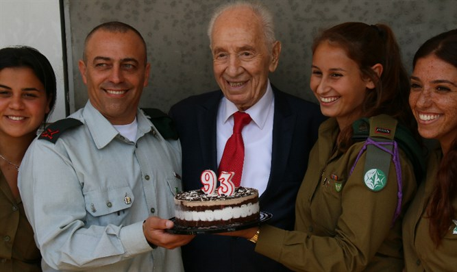 Shimon Peres with his birthday cake