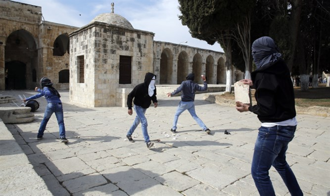 Muslim rioters with rocks on the Temple Mount