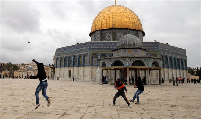 Stone throwers on Temple Mount