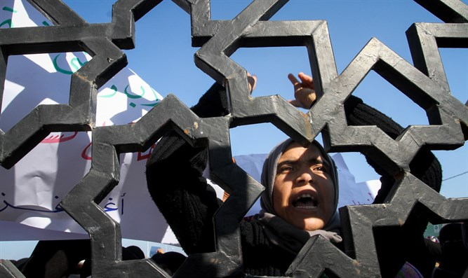 Palestinian Arabs protest at the Rafah border crossing
