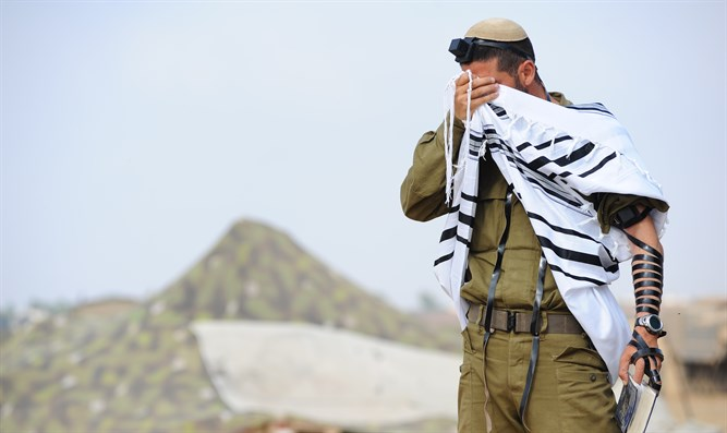 Religious Zionist soldier prays